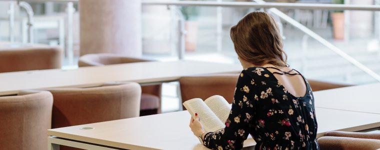 Junge Frau liest in einem Buch